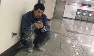 This Migrant Worker Walks to Subway Station Every Night, The Reason Will Make You Cry - WORLD OF BUZZ