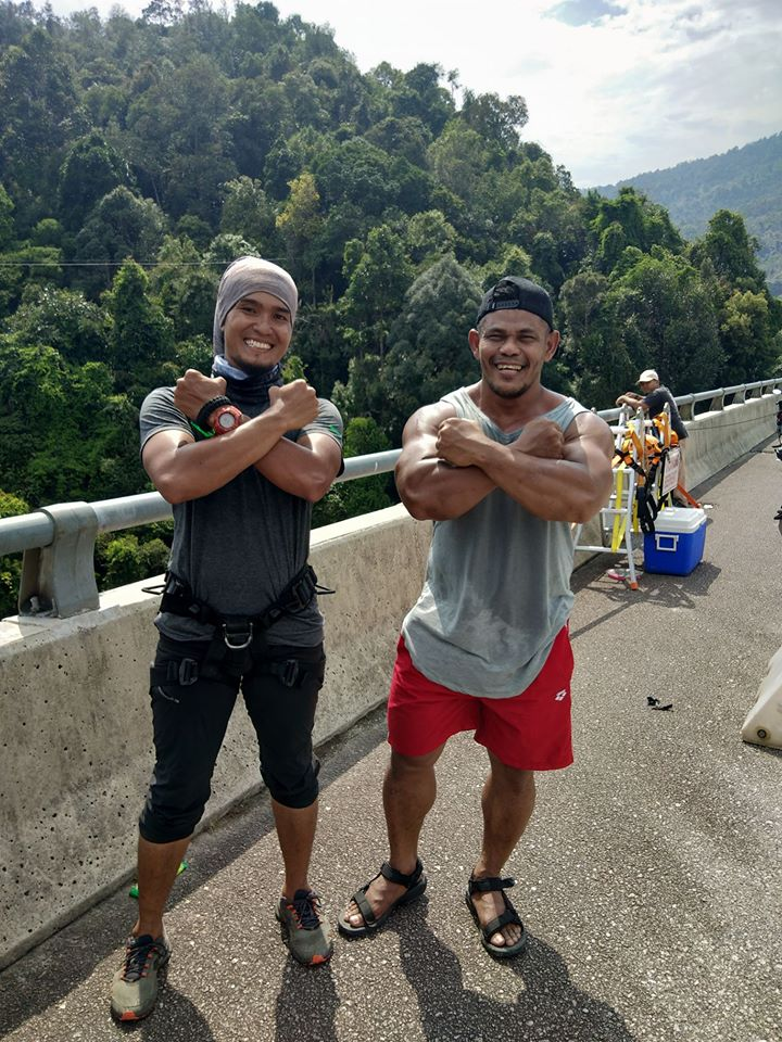 "M'sian Receives Backlash For ""Rope Swinging"" off a 60m Bridge With His Toddler - WORLD OF BUZZ 1"