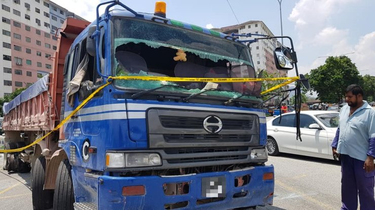 Errant Lorry Driver Refuses to Stop for Police, Crashes Through 15 Cars in USJ - WORLD OF BUZZ 1