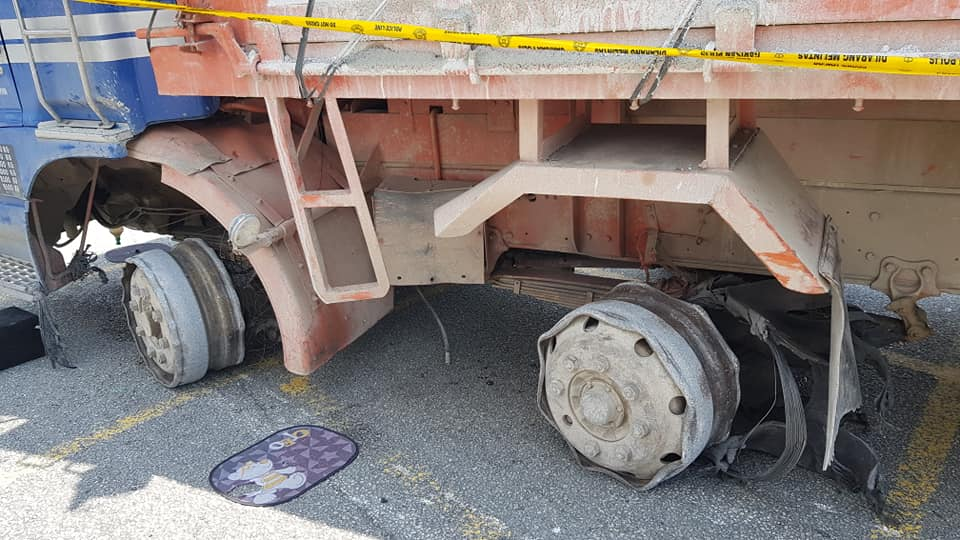 Errant Lorry Driver Refuses to Stop for Police, Crashes Through 15 Cars in USJ - WORLD OF BUZZ 3