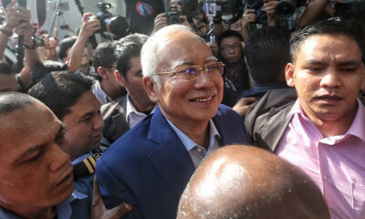 Najib Is All Smiles After Arriving at MACC's Headquarters to Give His Statement - WORLD OF BUZZ 2