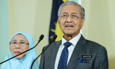 Mahathir: Top Civil Servants Will Need to Take English Language Competency Tests - WORLD OF BUZZ