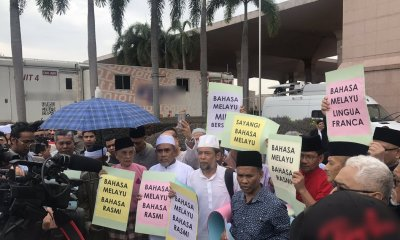 Protesters Hold Peaceful Demonstration to Uphold BM As M'sia's National Language - WORLD OF BUZZ