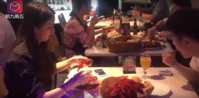 This Restaurant Hires Crayfish Peelers Who Can Earn Over RM6,000 a Month - WORLD OF BUZZ 2