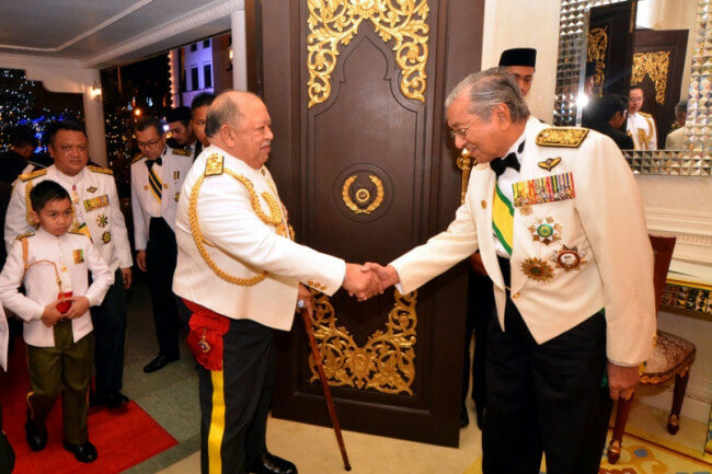 Former Agong Praises Tun M for Being a Leader Who Always Keeps His Promises - WORLD OF BUZZ 1