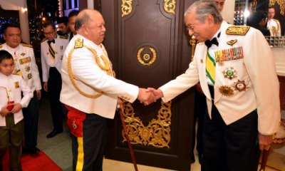 Tun M Gets Praised by Former Agong for Being Leader Who Always Keeps His Promises - WORLD OF BUZZ 1
