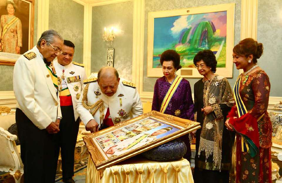 Tun M Gets Praised by Former Agong for Being Leader Who Always Keeps His Promises - WORLD OF BUZZ