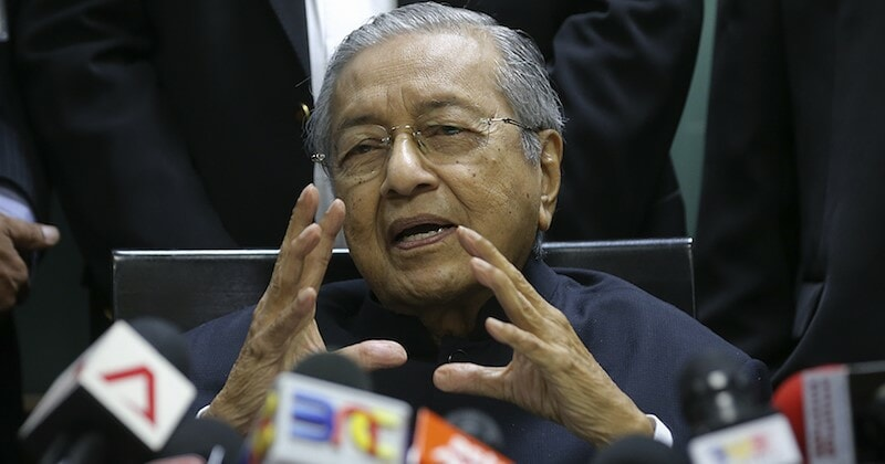 Red MyKad Holders Above 60y/o To Be Granted Full Citizenship, Says Tun M - WORLD OF BUZZ