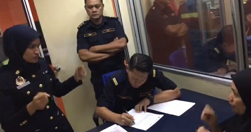 JPJ Officer Uses Sign Language to Help Deaf and Mute Couple, Earns Netizens' Praise - WORLD OF BUZZ 3