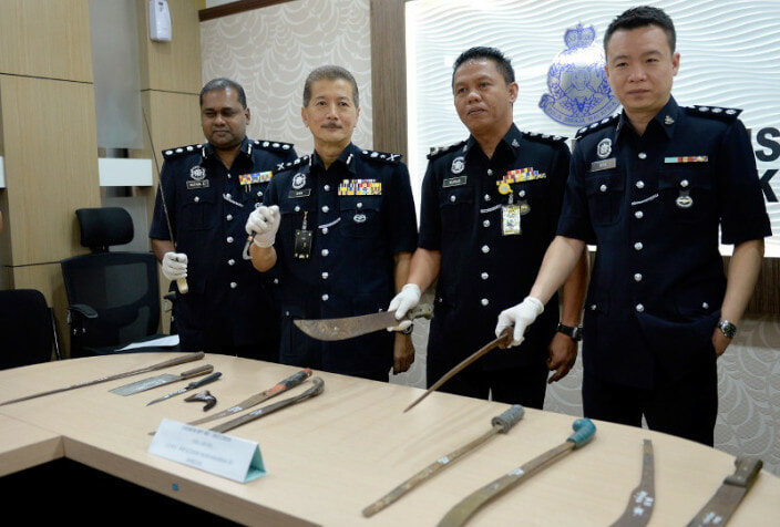 PDRM: You Can Be Jailed for 10 Years If You Carry Hockey Sticks, Batons and Knives for Self-Defence Purposes - WORLD OF BUZZ 1
