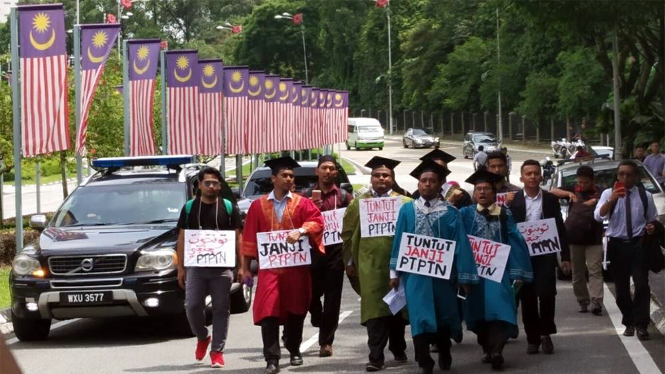 Students March 9km to Parliament to Protest Deducting 2-15% From Salary to Repay PTPTN - WORLD OF BUZZ