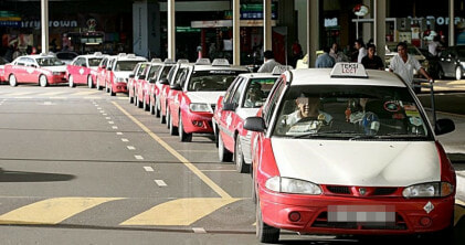 Taxi Driver Goes Berserk, Stalls Traffic for RM3.70 - WORLD OF BUZZ 5