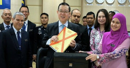 [WATCH] Lim Guan Eng Presents Budget 2019 Live in Parliament - WORLD OF BUZZ 1
