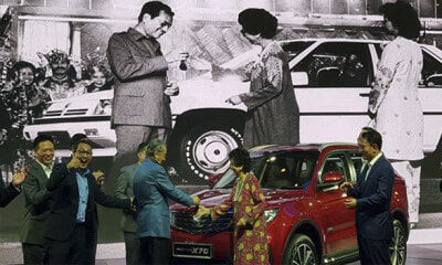 33 Years Ago, Tun M Hands Over Keys To Siti Hasmah When Launching Saga. Now, He Does It For X70 - WORLD OF BUZZ
