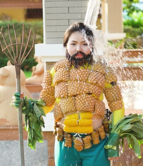 Girl Creatively Cosplays Aquaman's Iconic Suit Using Pineapples, Corn and Vegetables - WORLD OF BUZZ