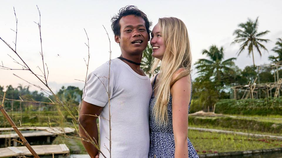 Photos of Indon Man Marrying English Girl Goes Viral as Netizens Congratulate The Couple - WORLD OF BUZZ 8
