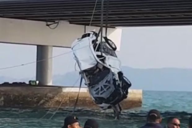 BREAKING: Mazda SUV in Penang Bridge Crash Finally Recovered, Victim's Body Found Inside - WORLD OF BUZZ