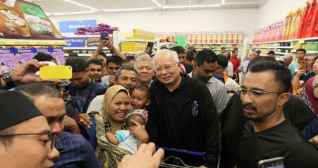 """I'm A Thief Who Steals The People's Hearts,"" Najib Says After Getting Mobbed by Fans at Tesco - WORLD OF BUZZ"