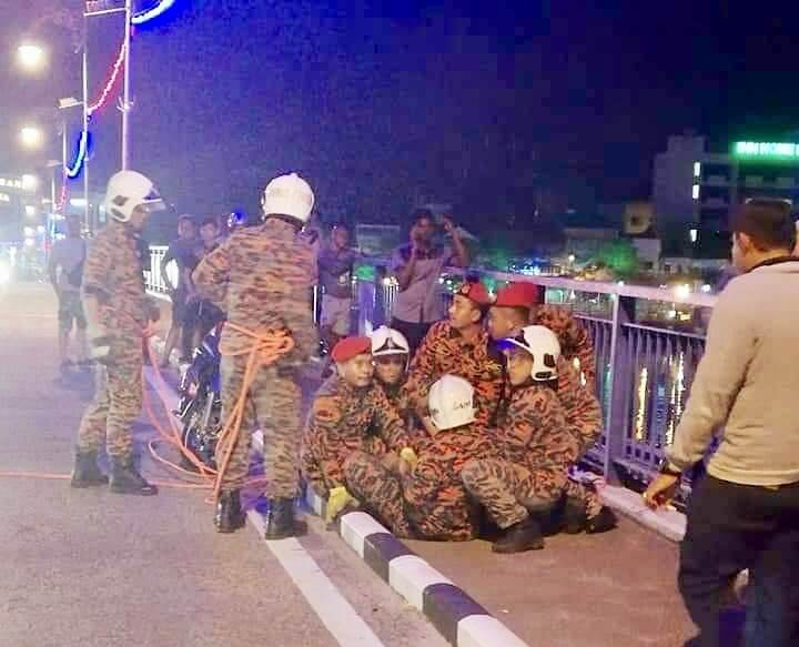Abang Bomba Saved Man From Jumping Off Johor Bridge By Offering Him A Cigarette - World Of Buzz