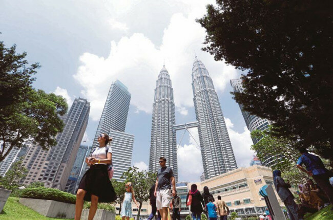 Chinese Tourist Falls Victim to Snatch Theft While Walking Near KLCC, Suffers Bad Head Injuries - WORLD OF BUZZ