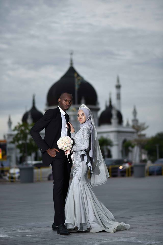 Malaysian Girl Marries African Man Who Comforted Her When She Was Crying in Sweet Ceremony - WORLD OF BUZZ 1