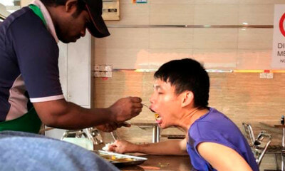 Mamak Worker Melts Netizens' Heart For Patiently Feeding OKU Customer at Johor Restaurant - WORLD OF BUZZ