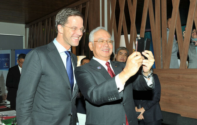 But First, Let Najib Take a #Selfie - WORLD OF BUZZ 1