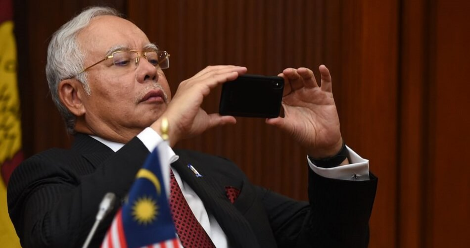 But First, Let Najib Take a #Selfie - WORLD OF BUZZ 2