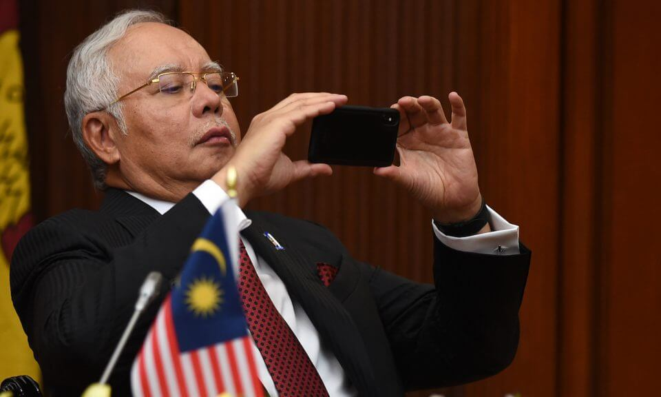 But First, Let Najib Take a #Selfie - WORLD OF BUZZ