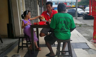 Father & Young Daughter Sharing Meal With Homeless Man at Bak Kut Teh Shop Praised by Netizens - WORLD OF BUZZ 1