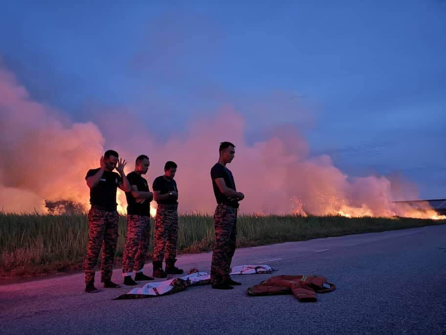 Inspiring Photos Of M'sian Firemen Breaking Fast on Roadside After Extinguishing Fire Go Viral - WORLD OF BUZZ 2