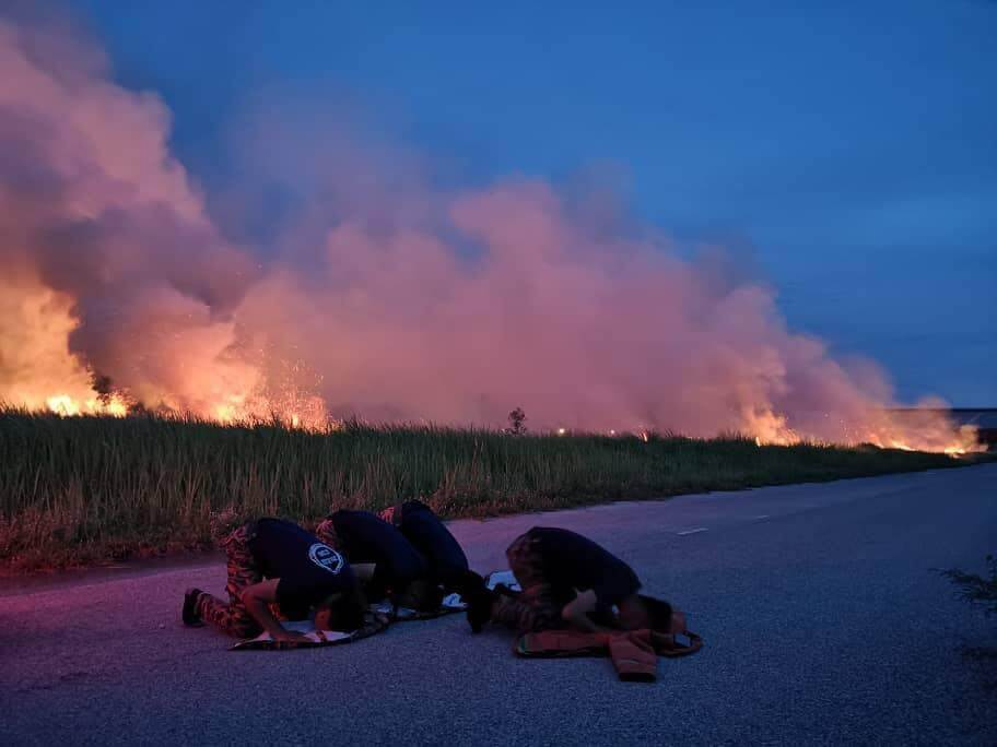 Inspiring Photos Of M'sian Firemen Breaking Fast on Roadside After Extinguishing Fire Go Viral - WORLD OF BUZZ 3