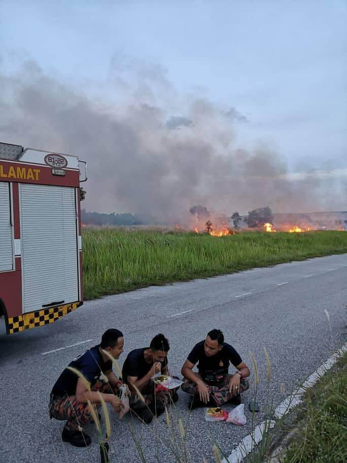 Inspiring Photos Of M'sian Firemen Breaking Fast on Roadside After Extinguishing Fire Go Viral - WORLD OF BUZZ 4