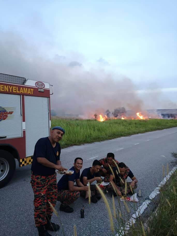 Inspiring Photos Of M'sian Firemen Breaking Fast on Roadside After Extinguishing Fire Go Viral - WORLD OF BUZZ