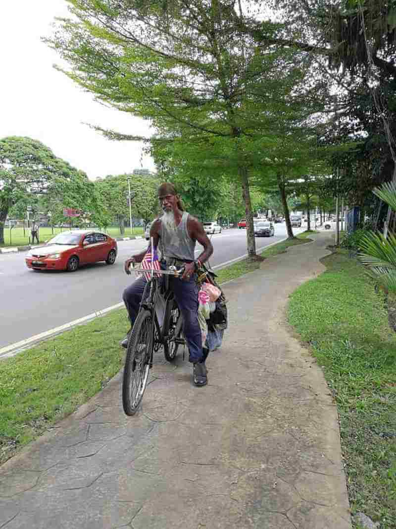 This Man Loves Taiping So Much, He'd Rather Clean the Streets For Free Than Find a Job - WORLD OF BUZZ