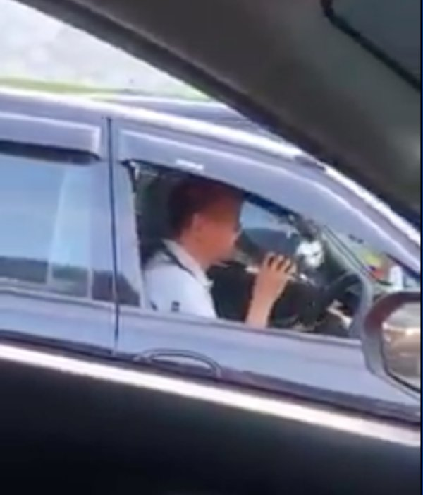 Pakcik Entertains Road Users With A Karaoke Session In The Traffic Jam - WORLD OF BUZZ 1