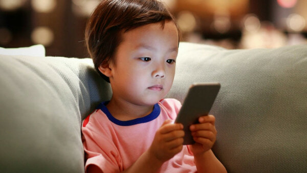 Report: 40% Of Kids Think That Their Parents Are Addicted To Mobile Phones - WORLD OF BUZZ 2