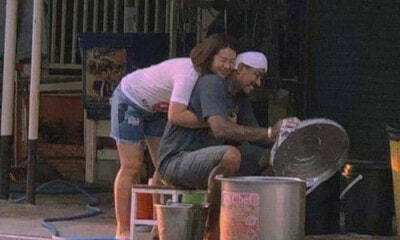 Viral Photo of a Couple at The Roadside Makes Us Believe in True Love Again - WORLD OF BUZZ 1