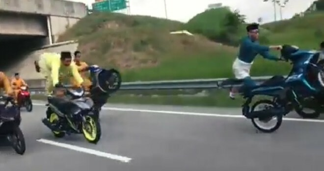 Viral Video Shows Mat Rempits Dressed In Raya Clothes Endangering Other Motorists With Their Stunts - World Of Buzz 3