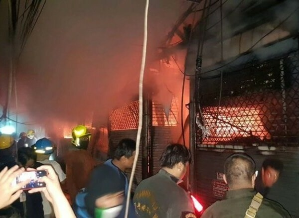 Watch: Fire Destroys Over 100 Shops At Chatuchak Market, Likely Caused By Transformer Blast - WORLD OF BUZZ 2