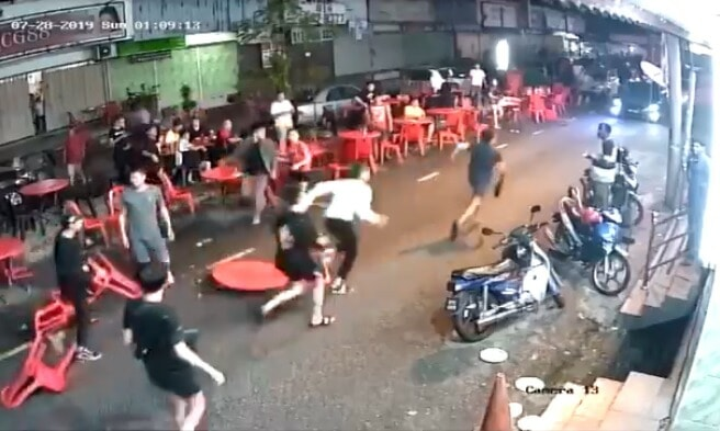 Chairs & Table Fly As Kepong Gangsters Suddenly Attack Group in Mamak, Turns Into Street Fight - WORLD OF BUZZ 3