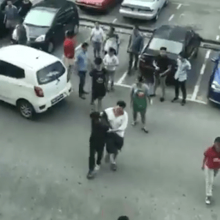 Snatch Thief Caught, Beaten Up By The Public In Sarawak Before Handed To the Police - WORLD OF BUZZ 6