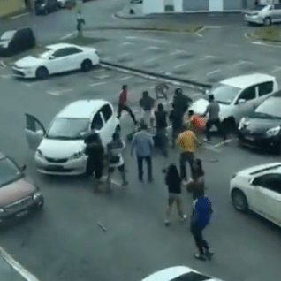 Snatch Thief Caught, Beaten Up By The Public In Sarawak Before Handed To the Police - WORLD OF BUZZ 7