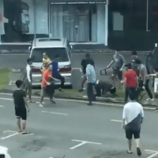 Snatch Thief Caught, Beaten Up By The Public In Sarawak Before Handed To the Police - WORLD OF BUZZ 8