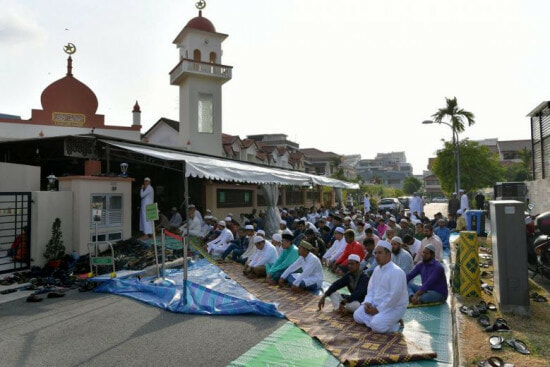 Buddhist group help solat - WORLD OF BUZZ 1