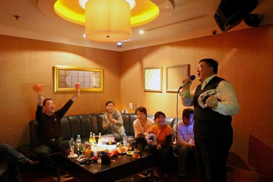 Man Suffers From Collapsed Lung After He Tried To Sing The High Notes During Karaoke Session - WORLD OF BUZZ 1