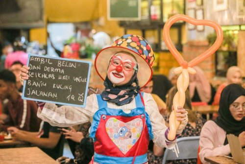 To Care For Stray Cats And Dogs, Perak Lady Dresses Up As A Clown For Funds - WORLD OF BUZZ 1