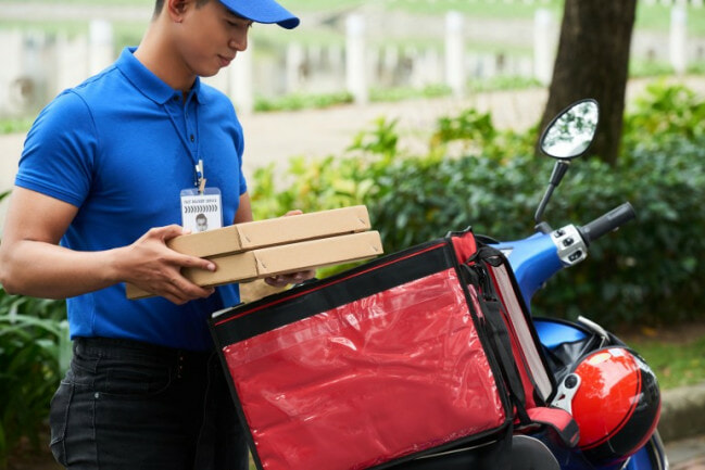 Guy Caught Cheating As He Was Exposed By Rider After GF Orders Surprise Food Delivery For Him - WORLD OF BUZZ