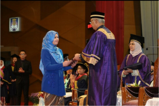 M'sian Woman Attended Convocation for Her Late Husband, Who Died of Cancer Just 4 Days After Diagnosis - WORLD OF BUZZ 1