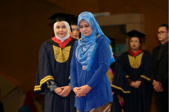 M'sian Woman Attended Convocation for Her Late Husband, Who Died of Cancer Just 4 Days After Diagnosis - WORLD OF BUZZ